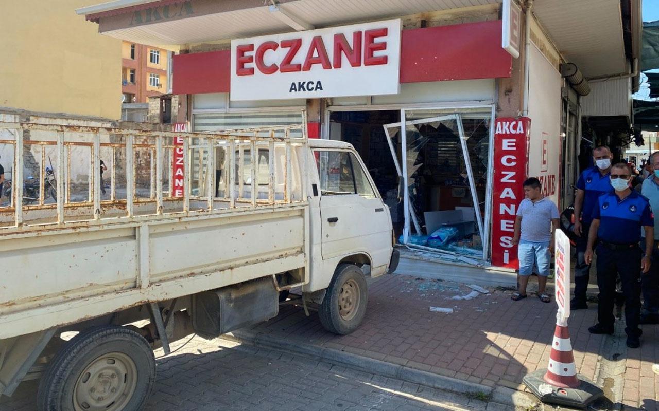 Antalya'da kardeşinin eczanesine kamyoneti ile daldı