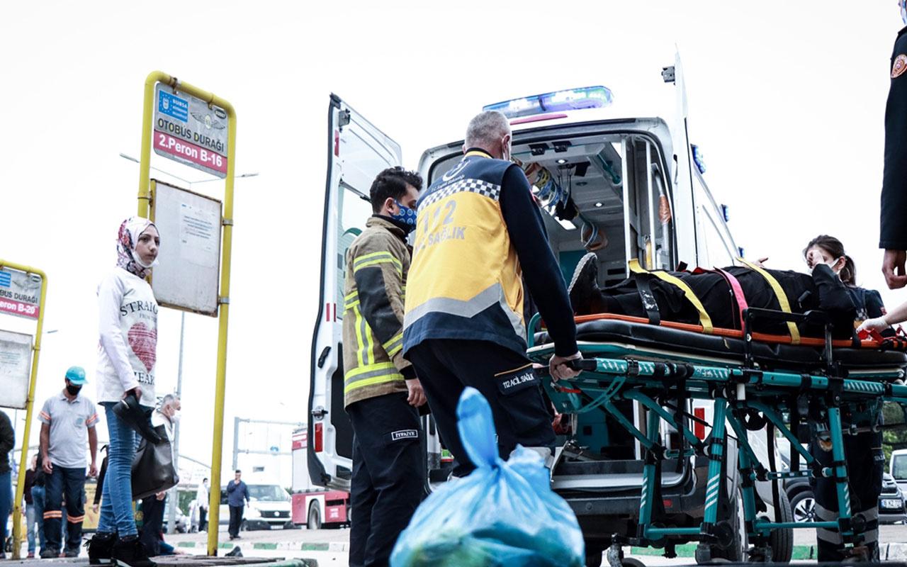 Bursa'da otomobil otobüs durağındaki yayalara çarptı: 5 yaralı