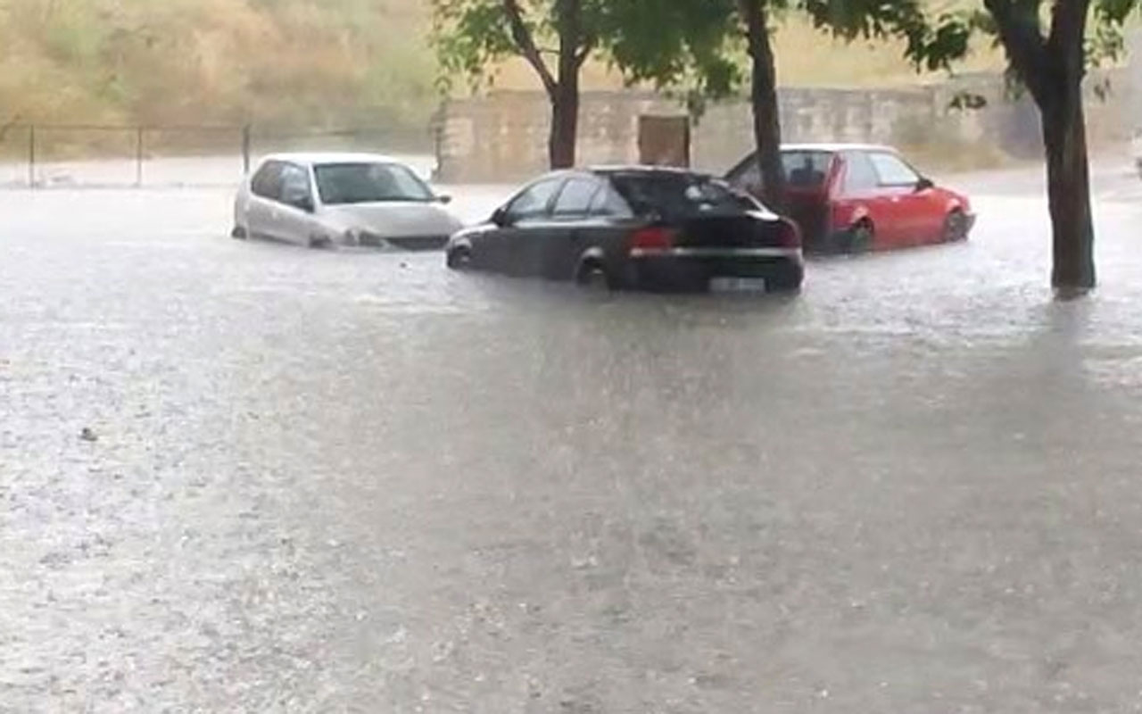 İstanbul'da çok sayıda ilçede evleri su bastı arabalar yolda mahsur kaldı