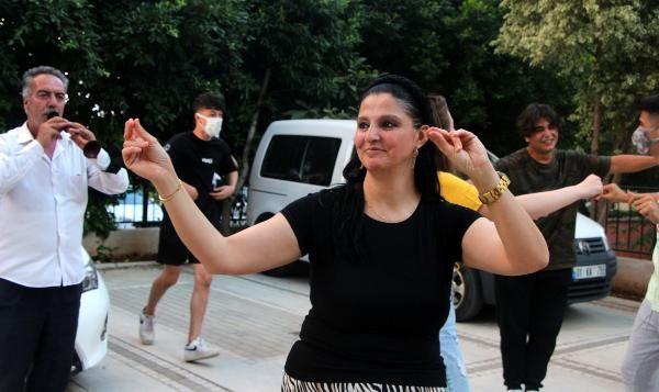 Gören şaştı kaldı! Adana'da 2 yıl sonra boşanma davasını kazanınca davul zurnayla kutladı