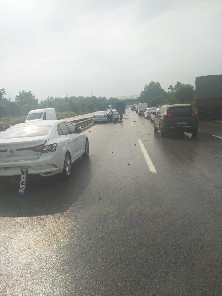 TEM'de zincirleme kaza! 13 araç birbirine girdi ortalık savaş alanına döndü: Yaralılar var
