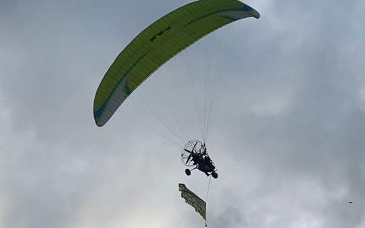 Trabzon'da havada uçan paramotordaki afişi okuyanlar şaşkına döndü