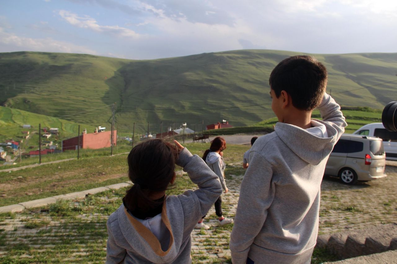Atatürk için koşa koşa geldiler silüetle hatıra fotoğrafı çektiler