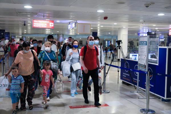 Rusya'dan ilk turist kafilesi Antalya'ya geldi! Gün içinde 44 uçakla 12 bin Rus turist gelecek