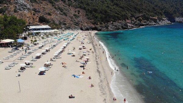 Antalya'da sıcak havayı gören plajlara akın etti! Turistler denizin keyfini çıkardı