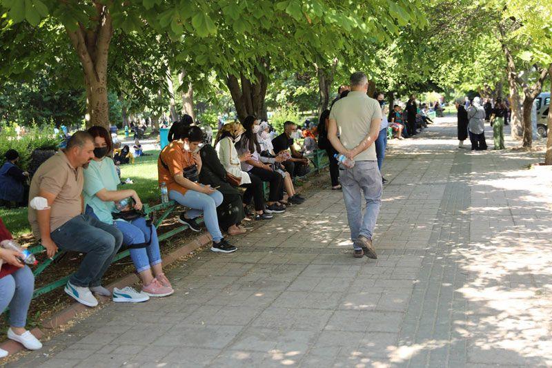 Gaziantep'te elinde topuklu ayakkabısı yalın ayak sınava koştu saniyeler kala...