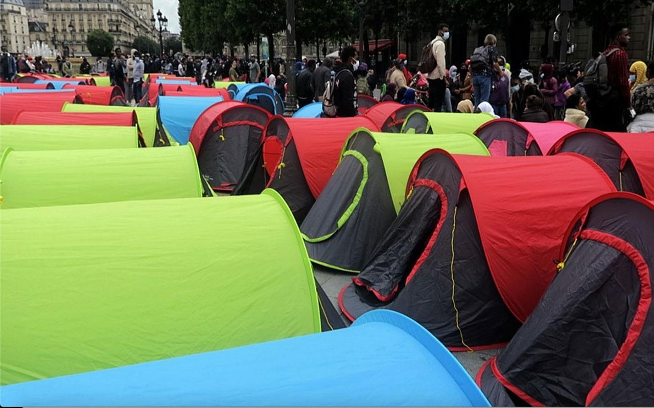 Paris Belediyesi önünde çadır kuran evsiz göçmenler tahliye edildi