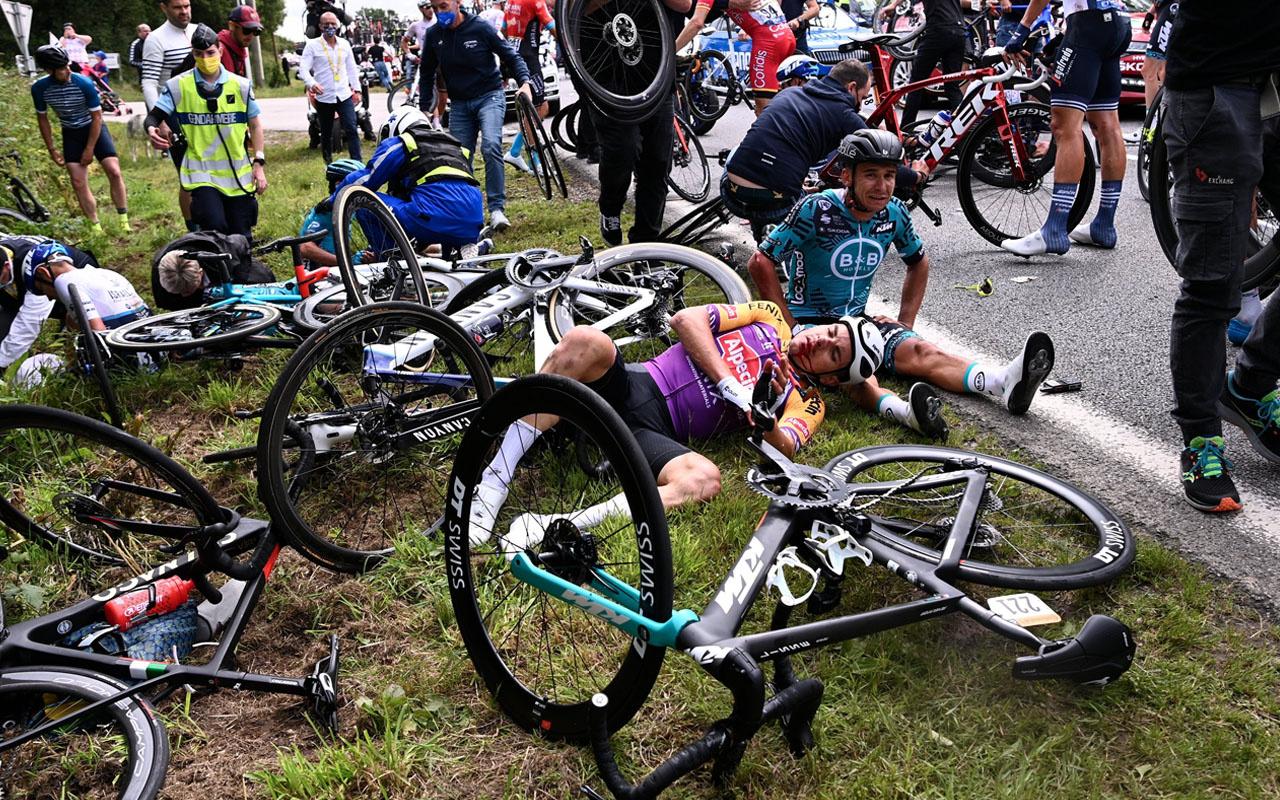 Kadın seyirci pankart açınca Fransa Bisiklet Turu'nda 50 sporcu birbirine girdi