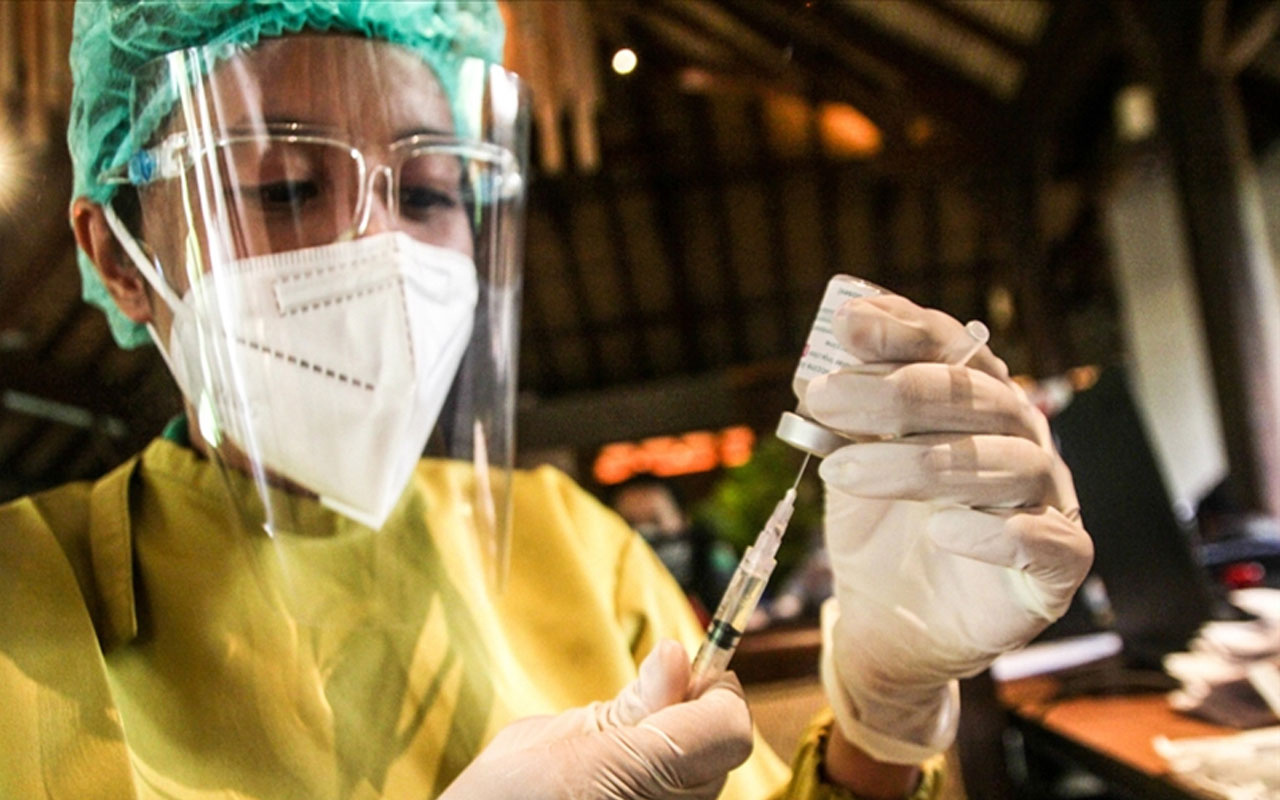 12 ülkeden bilim insanı ayaklandı! İngilterenin korona planına tepki var