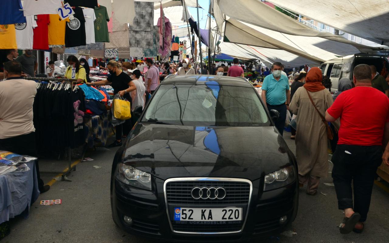 İstanbul'da pazarda görenler şaşkına döndü: 3 tişört alana otomobil bedava