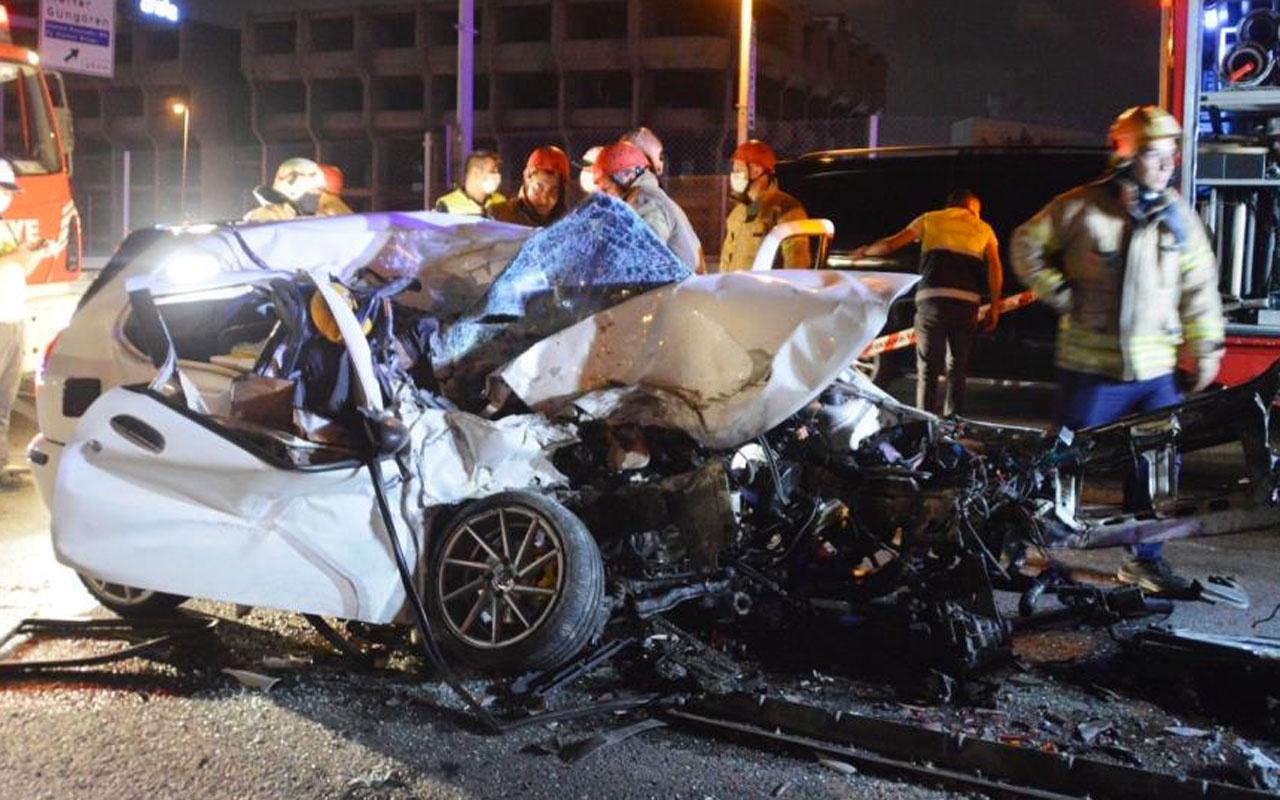 Zeytinburnu E-5'te korkunç kaza arabanın motoru fırladı 1 ölü 1 yaralı