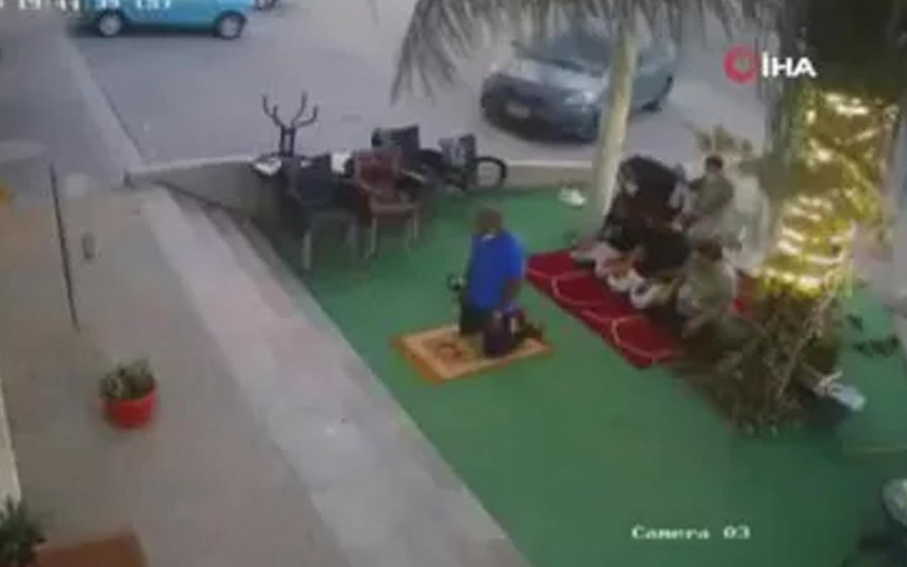 Suudi Arabistan'da hızını alamayan otomobil, namaz kılanların arasına daldı