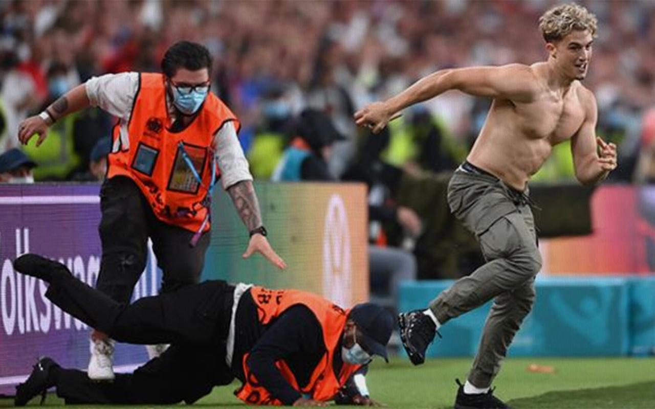 EURO 2020 finalinde sahaya atlayan taraftar güçlükle yakalandı