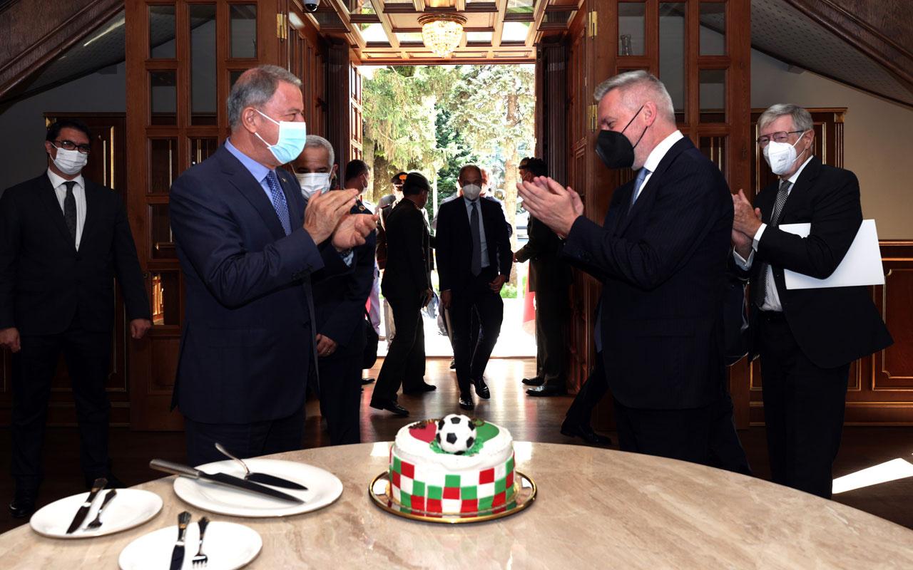 Milli Savunma Bakanı Hulusi Akar'dan mevkidaşına yaş pastalı sürpriz