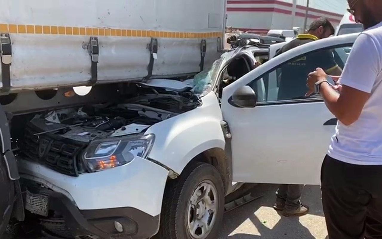 Sakarya'da dehşete düşüren kaza! Otomobil TIR'a ok gibi saplandı
