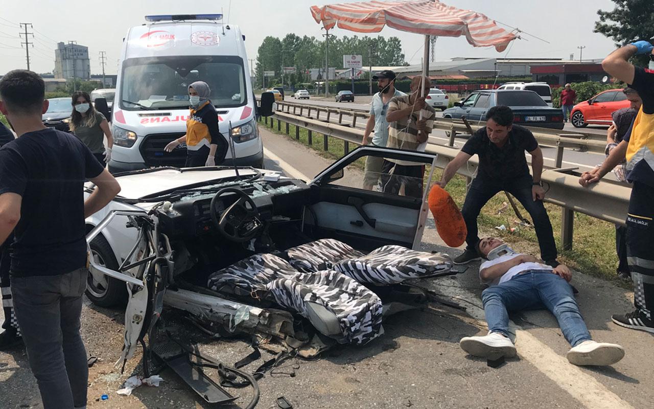 Sakarya'da korkunç kaza! Otomobil ikiye bölündü 6 kişi yaralandı