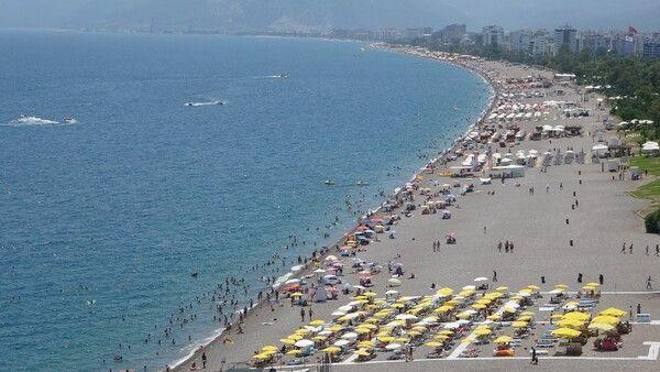 Antalya'da turistler plajlara akın etti! Denize girecek nokta kalmadı