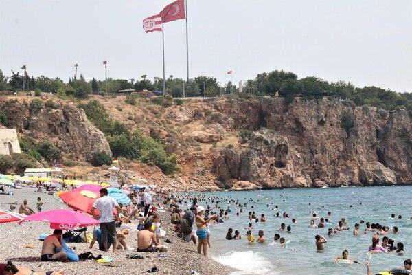 Salgın unutuldu Antalya'da plajlar doldu taştı! Adım atacak yer kalmadı
