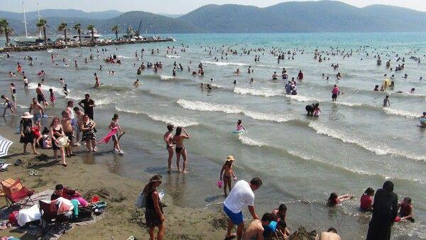 Nüfus bir anda 38 kat arttı! Muğla'da izdiham yaşandı denizin rengi değişti
