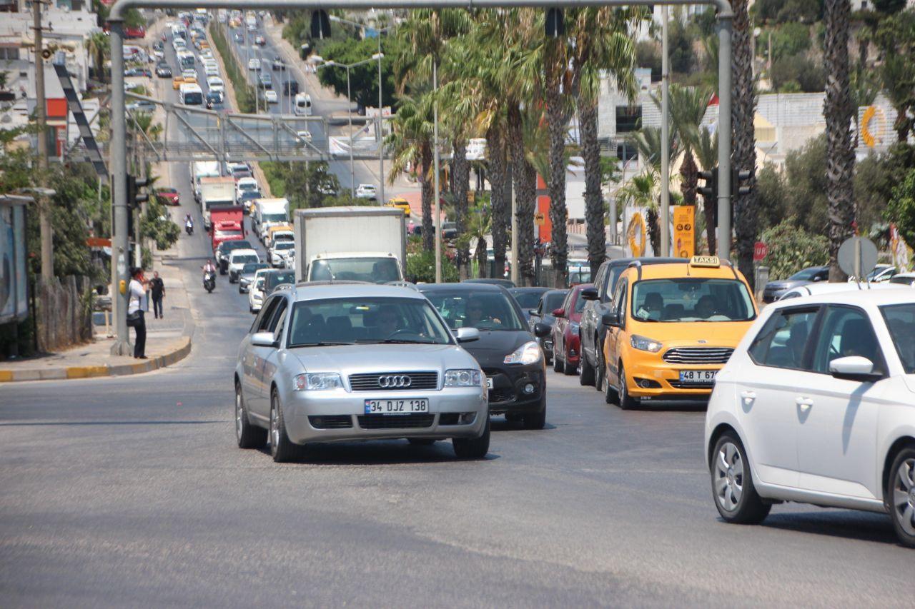 Bayram dönüşü çilesi başladı! Kilometrelerce kuyruk oluştu Antalya Muğla Çanakkale Samsun'da trafik kilitlendi