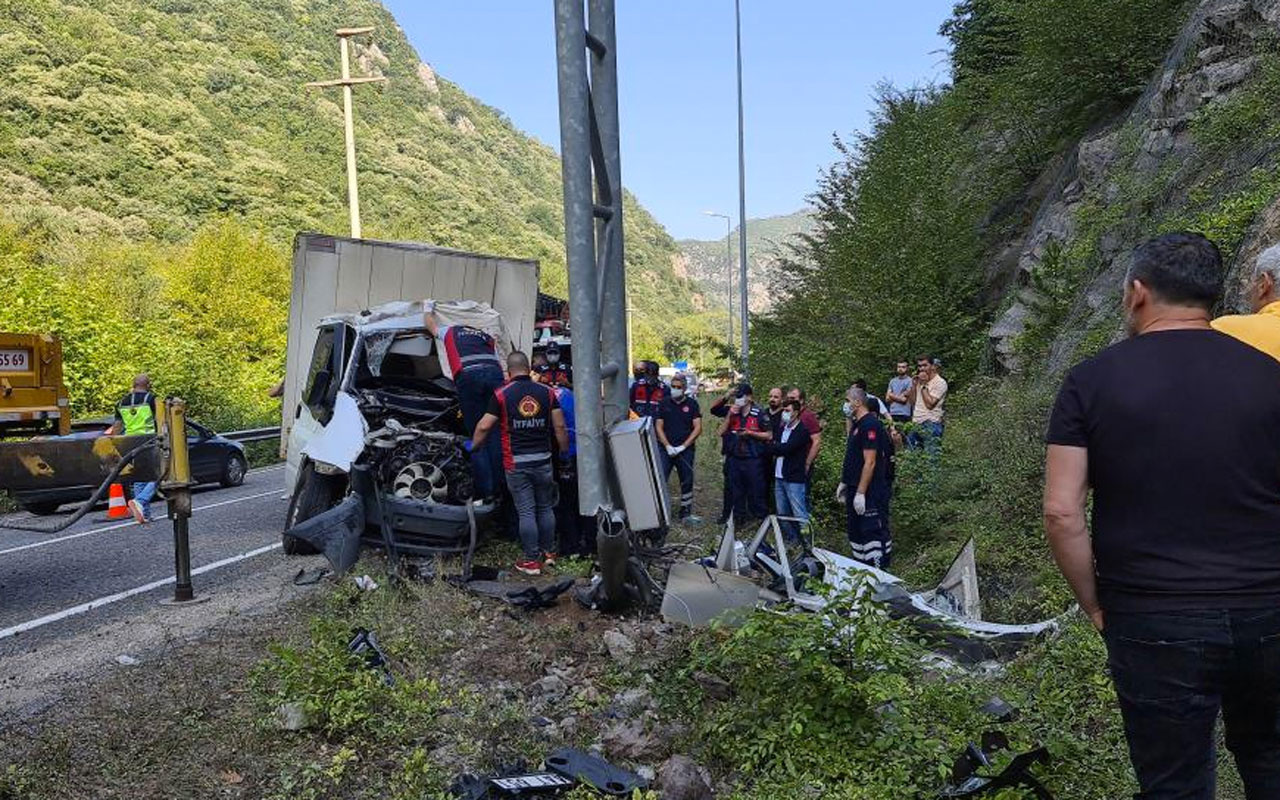 Karabük'te uyarı tabelasına çarptı sıkışarak hayatını kaybetti 2 saatte çıkarabildiler