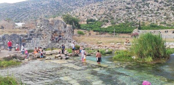 Antalya'ya turistler akın etti! Bu havuzlarda yüzmek için kilometrelerce yol geliyorlar