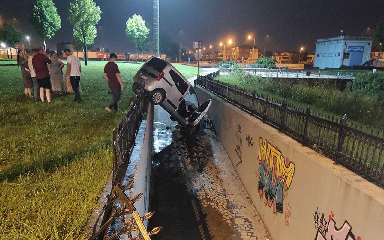 Sakarya'da korkuluklarda asılı kalan hafif ticari araç kanala düşmeden durdu