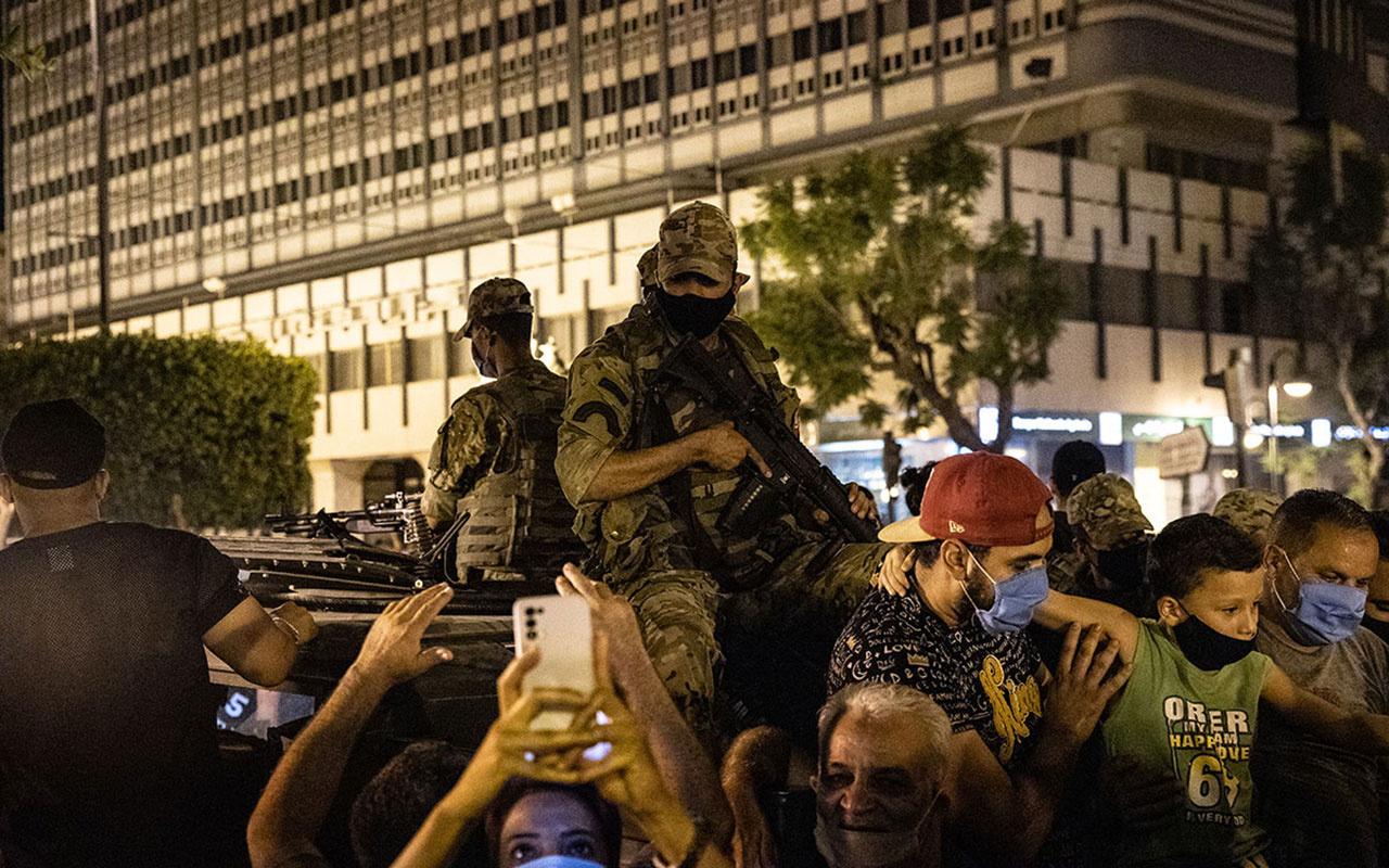 Cumhurbaşkanı askerlerle birlikte darbe yaptı! Başbakan ve Meclis'i görevden aldı