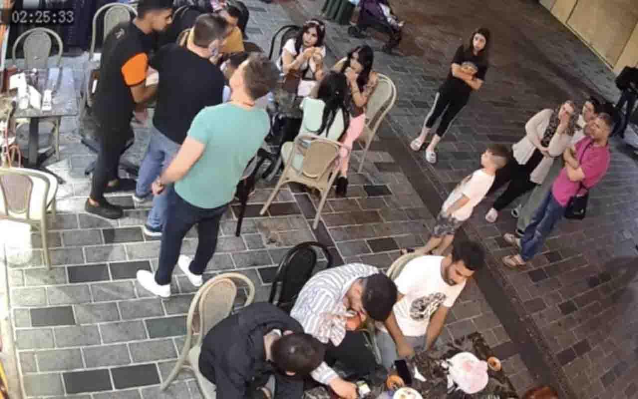 Taksim'de genç kızlara laf atan yabancı şahıslara feci dayak kamerada