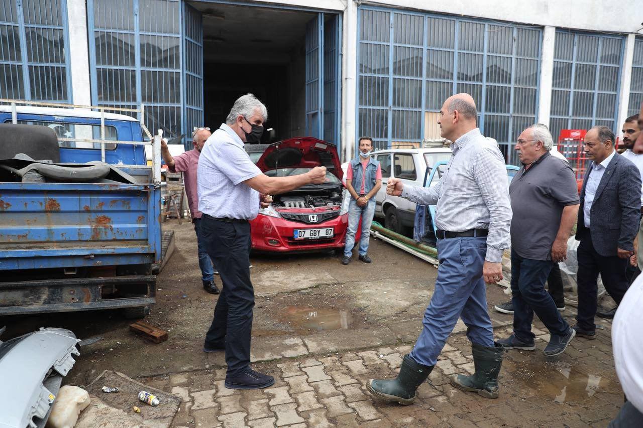 İçişleri Bakanı Süleyman Soylu iş yerleri selden hasar gören esnafla bir araya geldi