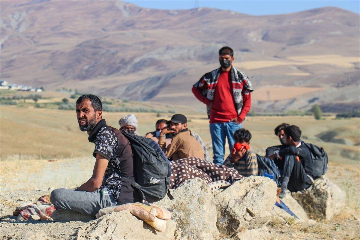 Binlercesi Türkiye sınırına yığıldı! İran askerleri bizi döverek Türkiye sınırına bıraktı