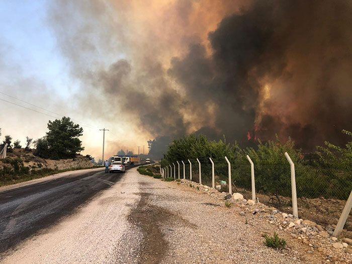 Antalya Manavgat yanıyor! 3 mahalle boşaltıldı bazı köyler yandı hastane boşaltılıyor
