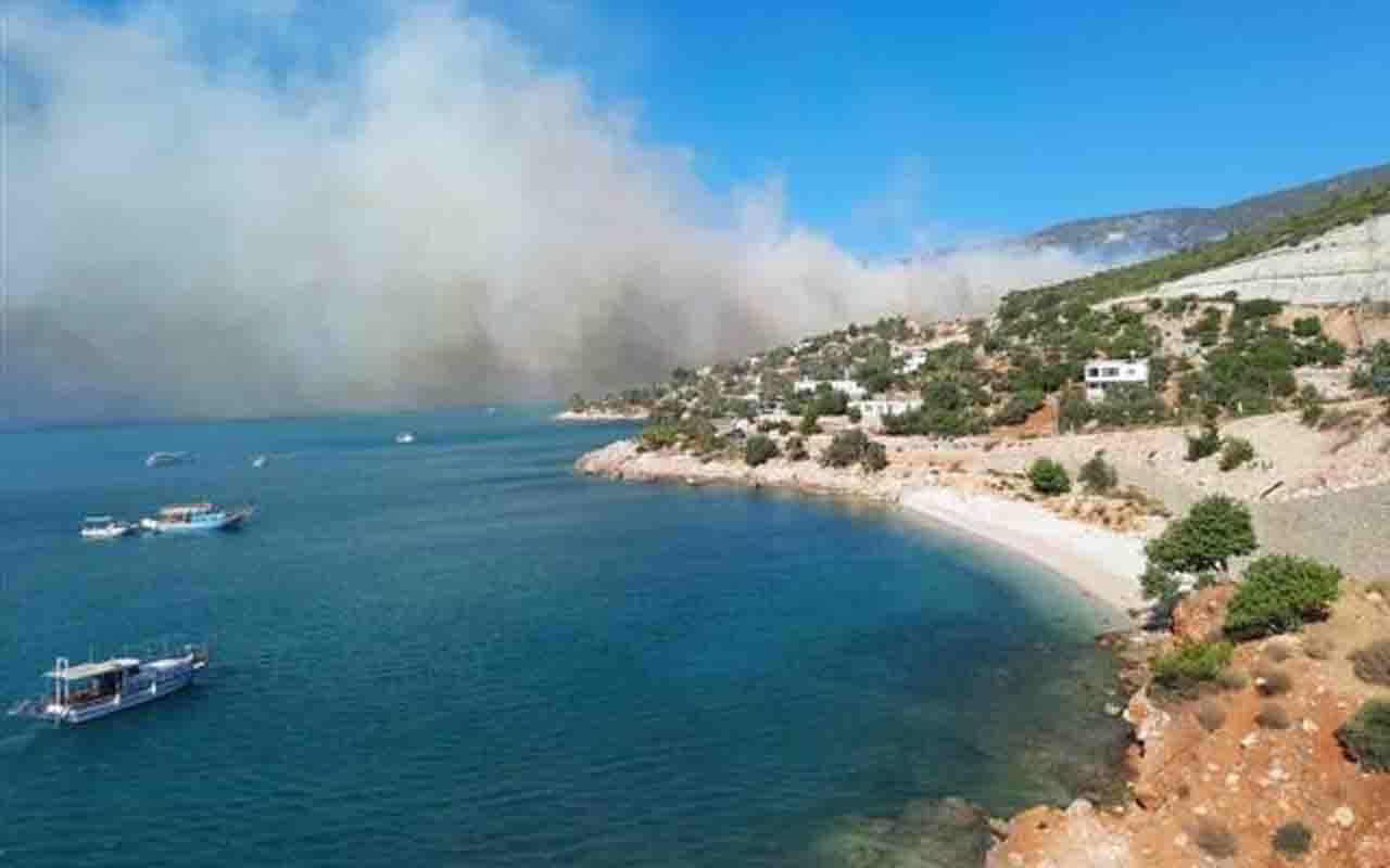 Mersin Silifke'de orman yangınına müdahale! Kara yolu kapatıldı, kamp alanları boşaltıldı