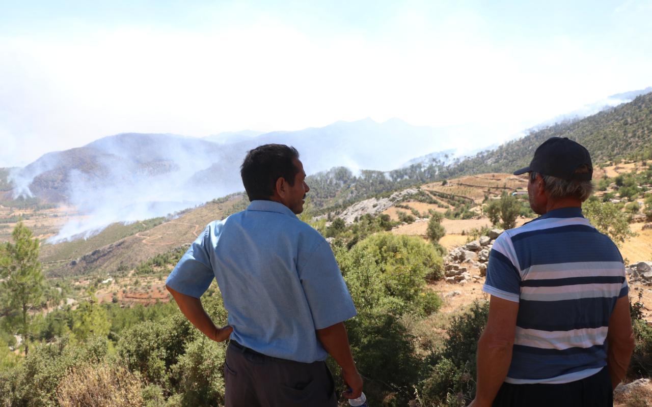 Mersin'de yürek dağlayan görüntü! Köylerinin yanışını çaresizce izliyorlar: Çok fenaydı