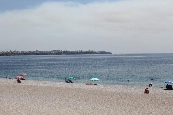 Antalya'da küller sahile kadar geldi! Konyaaltı bomboş kaldı: İlk defa böyle bir sıcak gördüm