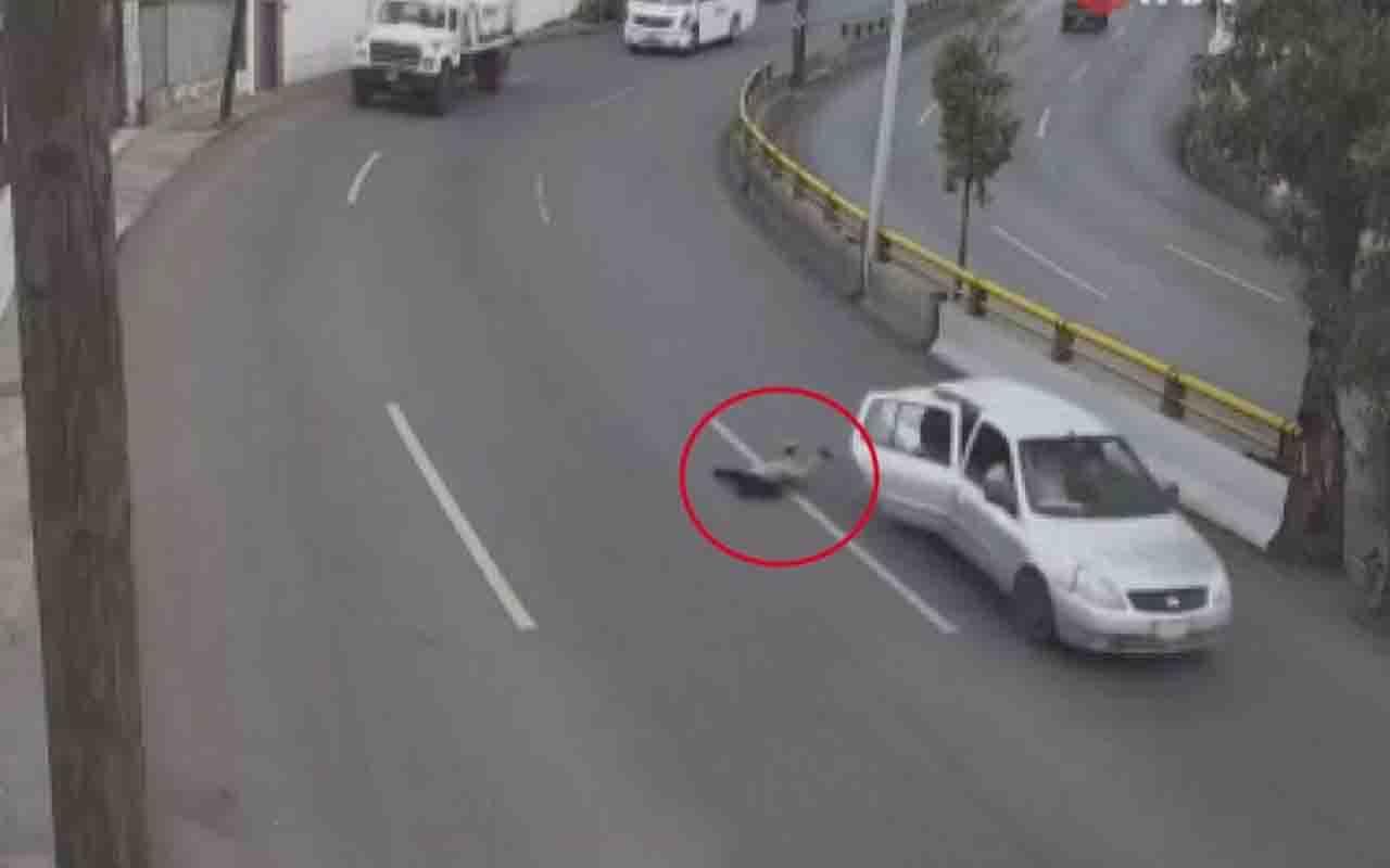 Meksika'da küçük çocuk, seyir halindeki araçtan yola düştü o anlar kamerada