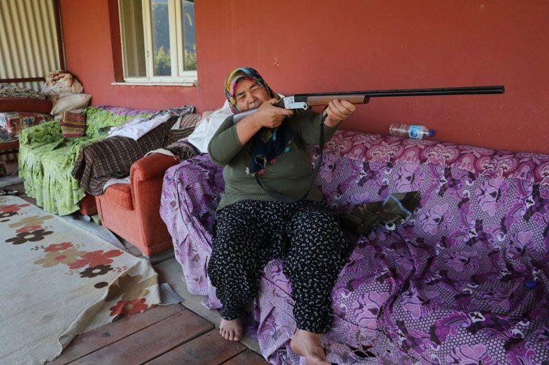 Yangının ortasında annesiyle kalan kadın: Tüfeğim yanımda olsa kendimi öldürecektim