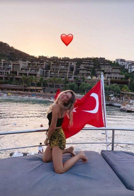 Şeyma Subaşı'dan yanan Bodrum'dan Türk bayraklı skandal poz!