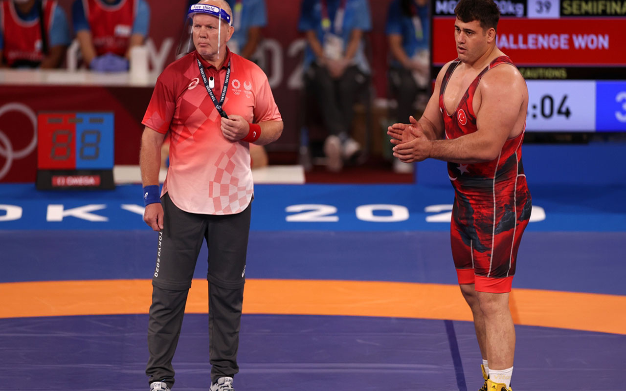 Bakan Mehmet Muharrem Kasapoğlu final şansını yitiren milli güreşçi Rıza Kayaalp'i teselli etti
