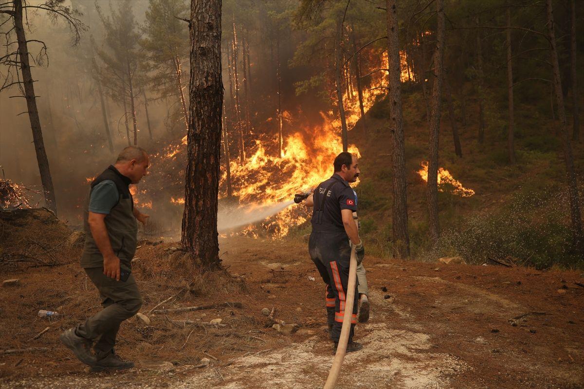 Manavgat'ta inanılmaz görüntüler yangının tam ortasındaydılar