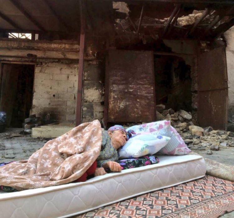 Manavgat yangınında evi yanıp sokakta uyumak zorunda kalan teyzeye Demet Akalın'dan yardım