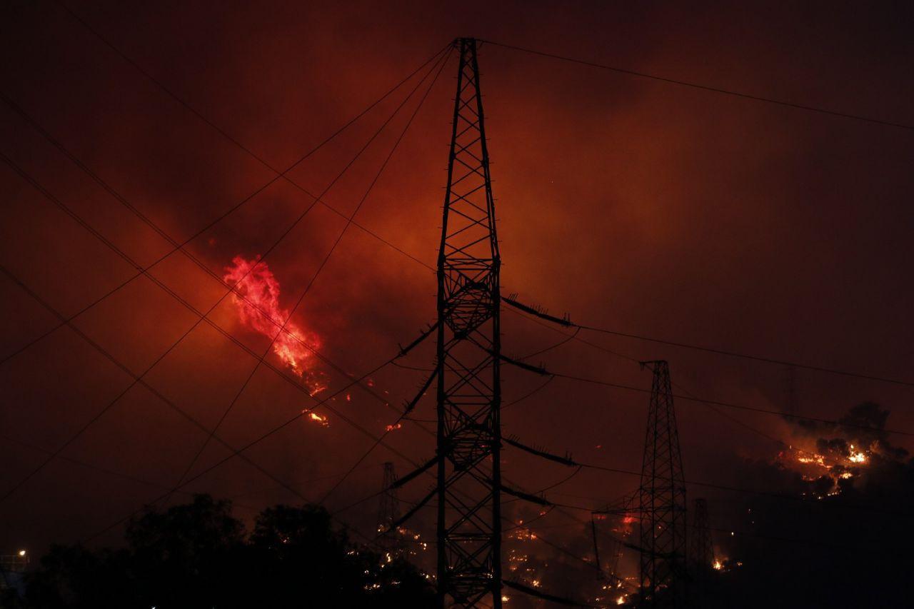 Muğla'nın Milas ilçesindeki orman yangını Kemerköy Termik Santrali'nin tel örgülerine kadar yaklaştı