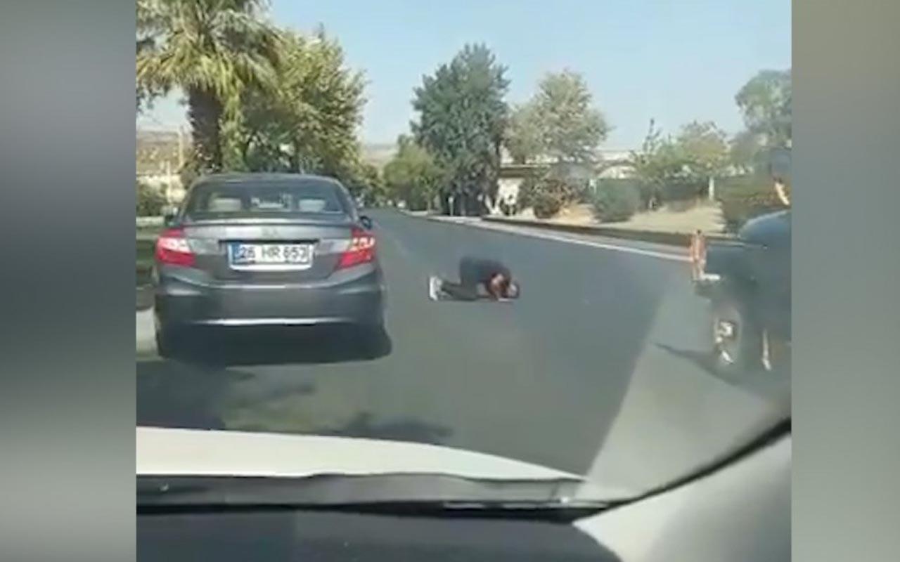 Aydın'da yolda namaz kılan adamın görüntüsü sosyal medyada çokça kez paylaşıldı