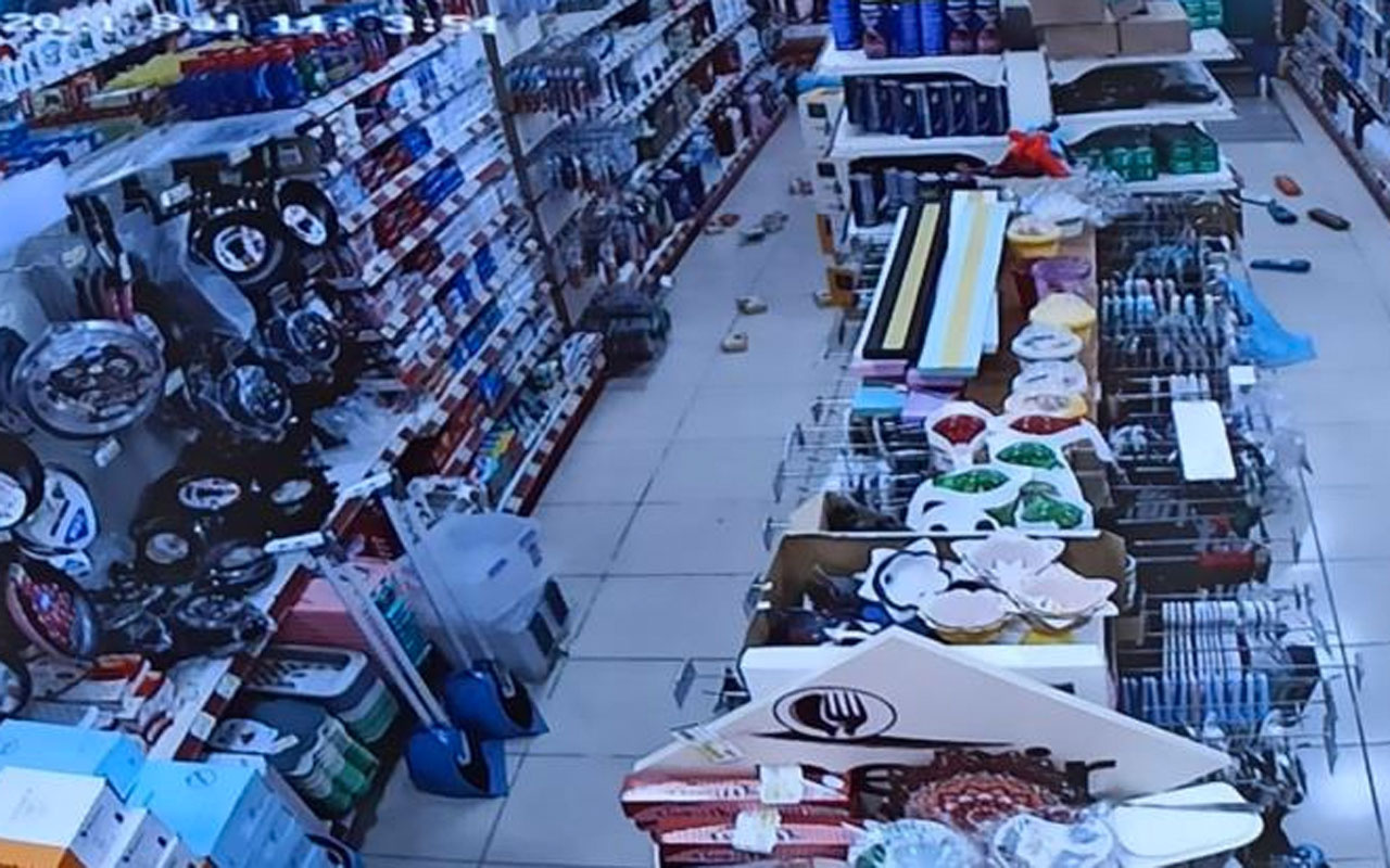 Afyonkarahisar'da  deprem anında marketteki raflardan ürünler böyle yere düştü