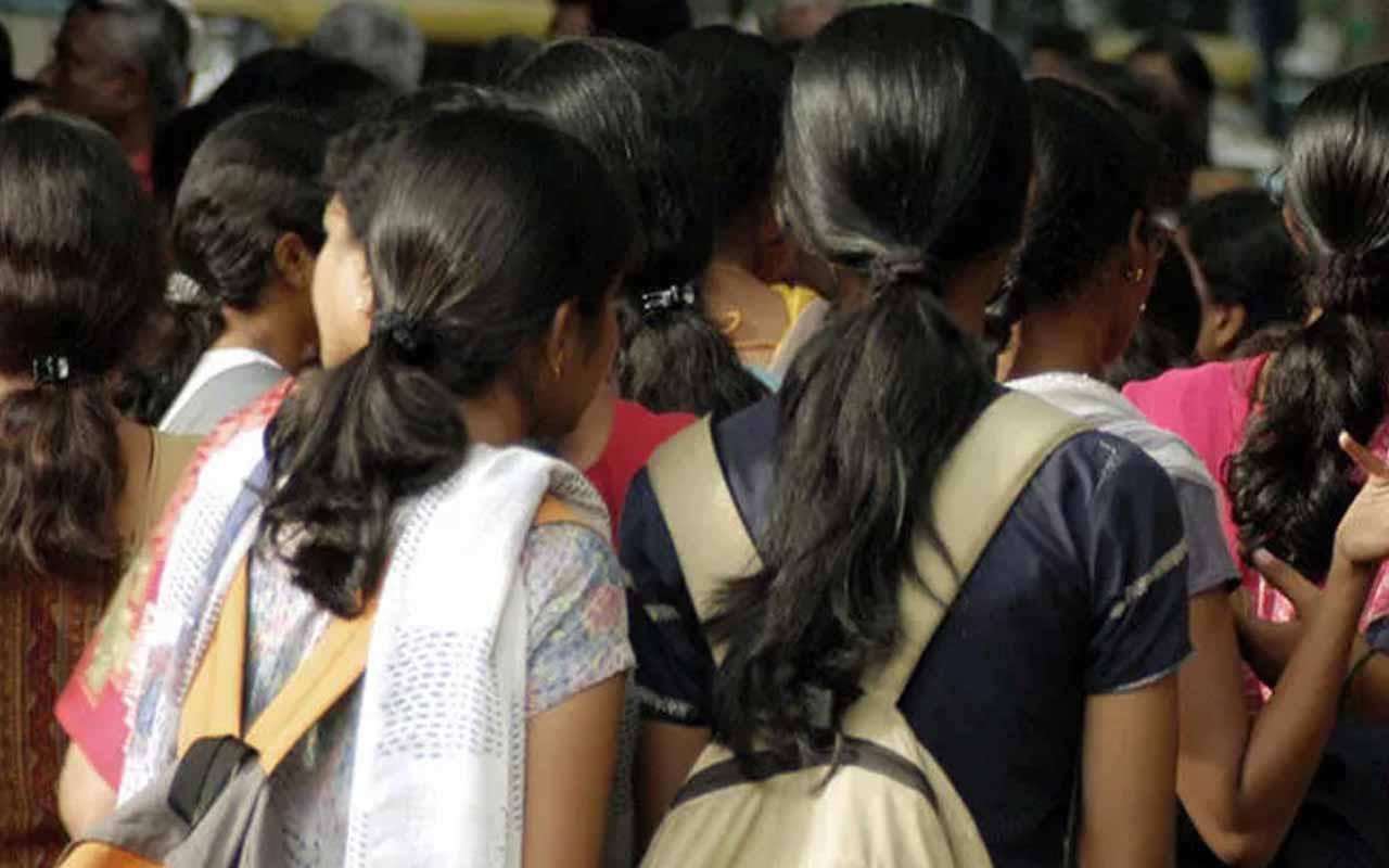 Hindistan'da yağmur yağsın diye kız çocuklarını çıplak halde gezdirdiler!