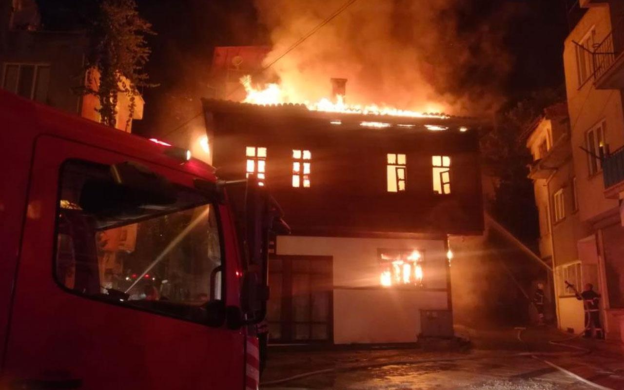 Afyonkarahisar'da 2 katlı tarihi ahşap konak alev alev yandı