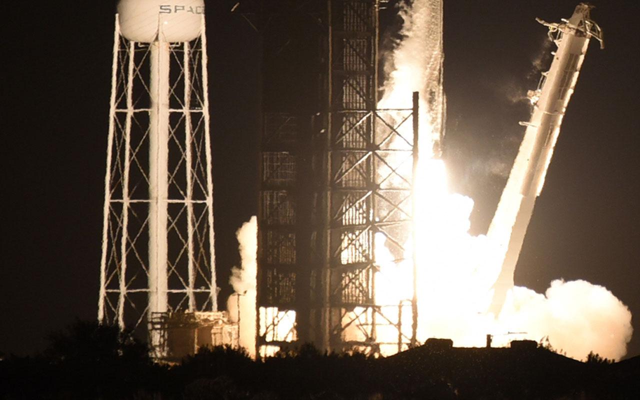 Tarihi an! SpaceX'in 4 yolcuyu dünyanın çevresinde gezdirecek roketi fırlatıldı
