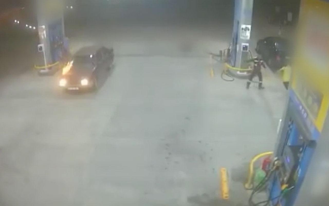 Akaryakıt istasyonunda araba alev aldı o anlar kamerada