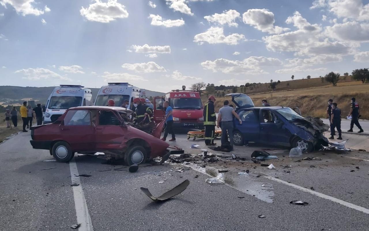 Kütahya'da iki otomobil kafa kafaya çarpıştı 2 ölü 2 yaralı