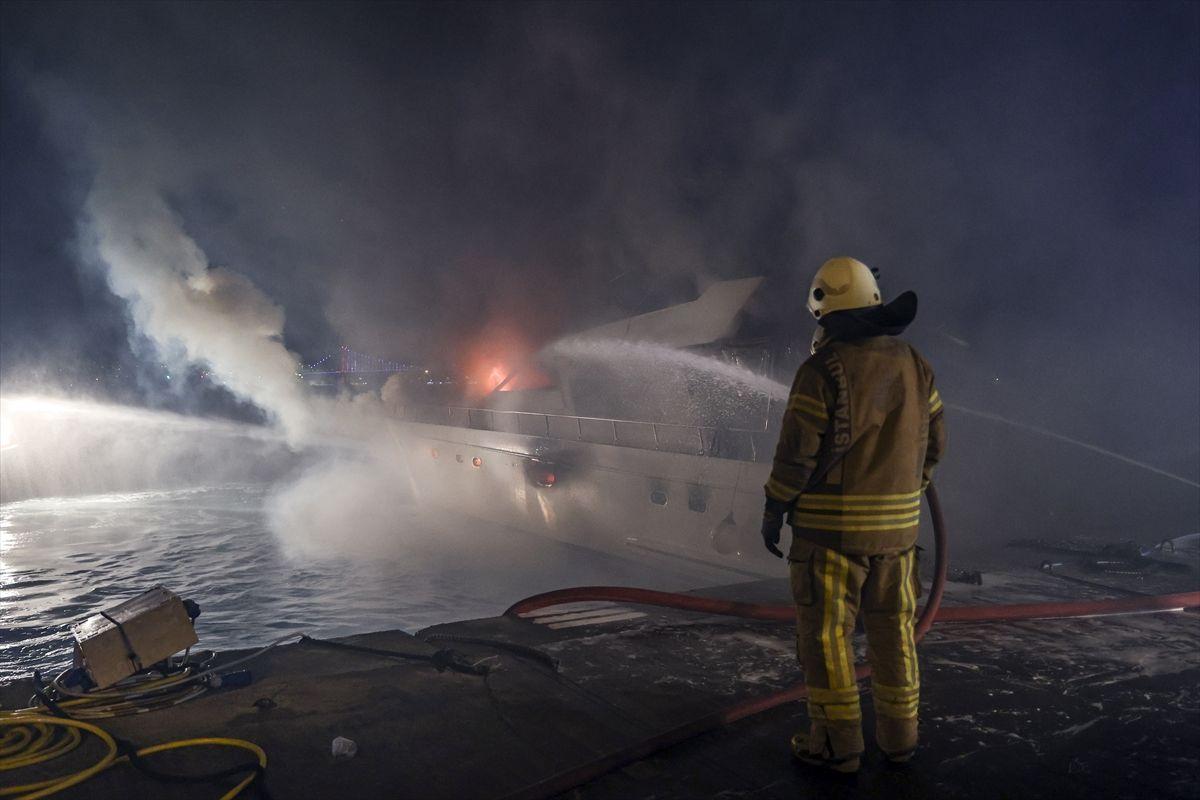 İstabul Bebek Sahili'nde tekne alev alev yandı! 3 saatlik söndürme çalışması sonunda battı